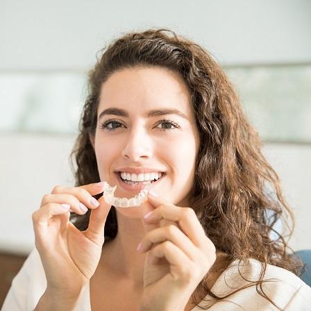 Cum funcționează aparatul dentar pentru a-mi îndrepta perfect dinții?