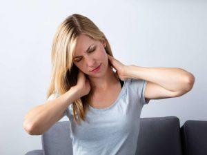 De ce mă trezesc cu gâtul înțepenit și cum pot rezolva această problemă
